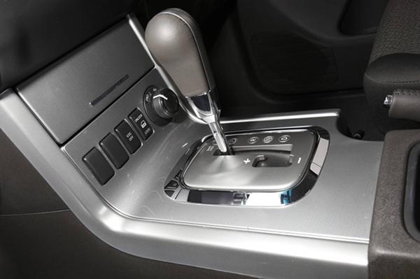 Nissan Navara ST-X 550 Photo5 gear stick view 600