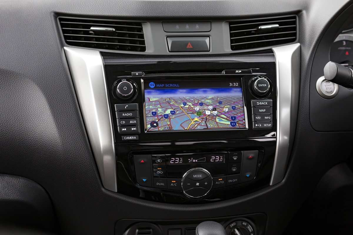 2018 Nissan Navara ST-X centre screen