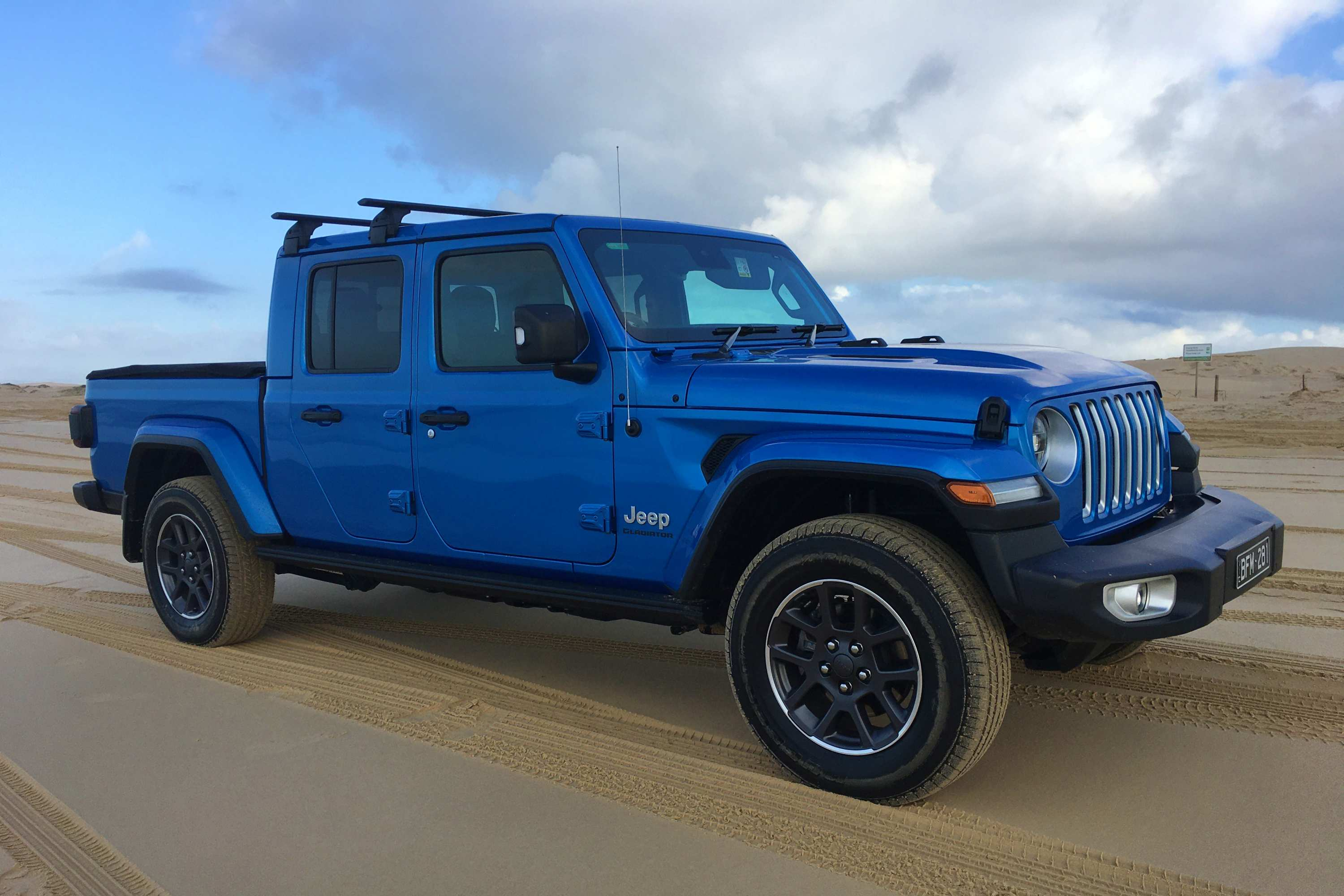 Jeep Gladiator Overland 4WD Ute front quarter 2